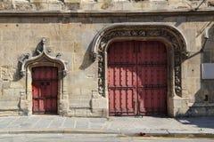 Средневековые двери в Париже, Франции стоковые изображения