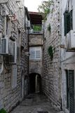 Средневековые дома в узких улочках Дубровника с одеждами смертной казни через повешение и каменными лестницами стоковое изображение rf