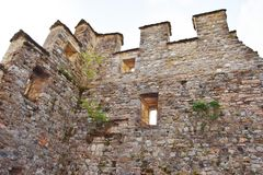 Средневековые стены на замке Zumelle, в Беллуно, Италия Стоковые Изображения