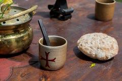 Средневековые хлеб и чашка для питья на старом деревянном столе стоковое фото rf