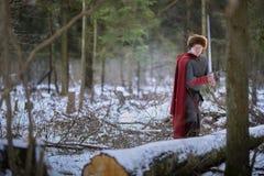 Средневековый воин стоит в лесе зимы стоковые изображения rf