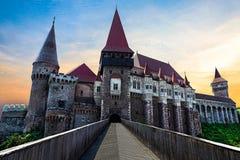 Средневековый европейский замок с Назад-освещенным заходом солнца стоковые фото