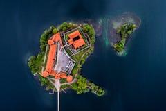 Средневековый замок как остров в озере стоковая фотография rf