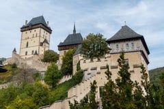 Средневековый замок Karlstejn от более низкого двора Стоковое фото RF