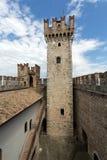 Средневековый замок Scaliger в старом городке Sirmione на озере Lago di Garda стоковые фотографии rf