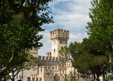 Средневековый замок Scaliger в старом городке Sirmione на озере Lago di Garda стоковые изображения rf