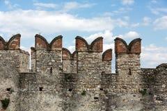 Средневековый замок Scaliger в старом городке Sirmione на озере Lago di Garda стоковое фото rf