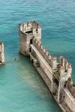 Средневековый замок Scaliger в старом городке Sirmione на озере Lago di Garda стоковая фотография