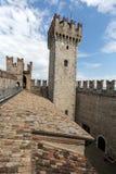 Средневековый замок Scaliger в старом городке Sirmione на озере Lago di Garda стоковое фото