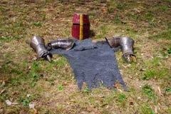 Средневековый панцырь на траве стоковые изображения