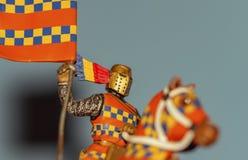 Средневековый рыцарь руководства, знаменосца и ярких цветов стоковое изображение rf