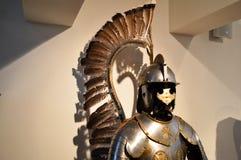 Средневековый сильный воин рыцаря прикованный в утюжит серебристый сильный панцырь металла со шлемом и забралом стоковое изображение