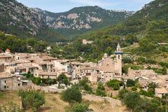 Среднеземноморская деревня в горах Tramuntana, взгляд Valldemossa, красивый ландшафт острова Испании Майорки Стоковое фото RF