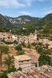 Среднеземноморская деревня в горах Tramuntana, взгляд Valldemossa, красивый ландшафт острова Испании Майорки Стоковая Фотография