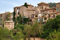 Среднеземноморская деревня в горах Tramuntana, взгляд Valldemossa, красивый ландшафт острова Испании Майорки Стоковое Фото