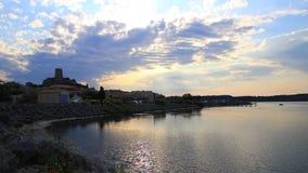 Среднеземноморская деревня Guissan и морского пруда на заходе солнца, Франции акции видеоматериалы