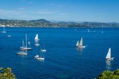 Среднеземноморской залив с яхтами плавания на анкере Залив St Tropez стоковое фото