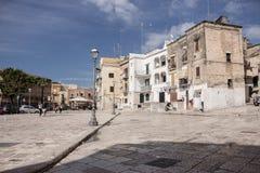 Среднеземноморской квадрат с старинными зданиями с антеннами телевидения Итальянская традиционная архитектура Ориентир ориентир г стоковые изображения rf