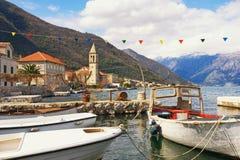 Среднеземноморской ландшафт с рыбацкими лодками в малой гавани Черногория, залив Kotor, Stoliv Стоковые Изображения