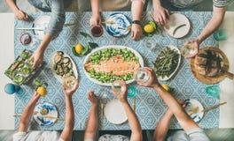 Среднеземноморской обедающий стиля со сваренными семгами и напитками стоковое фото rf