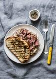 Средней прожарки сэндвичи ciabatta стейка говядины с домодельным соусом мустарда на серой предпосылке, взглядом сверху майонеза стоковое изображение