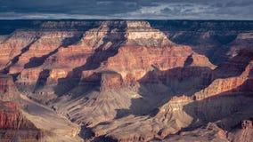 Средние облака дня в мглистом гранд-каньоне акции видеоматериалы