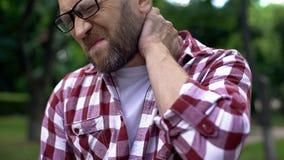Средний достигший возраста человек массажируя шею, совместное воспаление, хребтовое заболевание, здоровье стоковая фотография