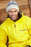 Средний постаретый человек одетьнный для холода Стоковая Фотография