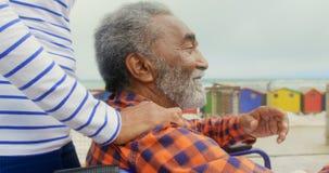 Средний раздел активной старшей Афро-американской женщины положил ее руку на неработающие плечи 4k старшего человека сток-видео