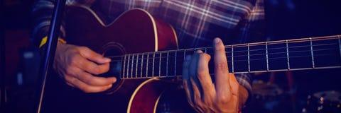 Средний раздел гитариста выполняя на этапе Стоковые Фото