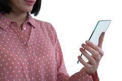 Средний раздел женской исполнительной власти держа стеклянный smartphone Стоковая Фотография
