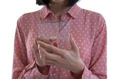 Средний раздел женской исполнительной власти держа стеклянный smartphone Стоковое фото RF