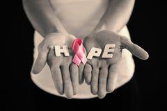 Средний раздел женщины держа розовую ленту с текстом надежды Стоковые Изображения RF