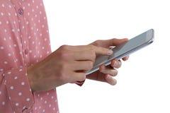 Средний-раздел женщины используя цифровую таблетку Стоковые Изображения RF
