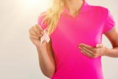 Средний раздел женщины с грудью ленты касающей Стоковое Фото