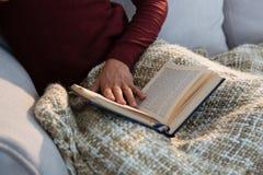 Средний раздел женщины с книгой Стоковое Фото