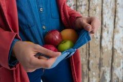 Средний раздел плодоовощей нося женщины нося в рубашку Стоковые Изображения