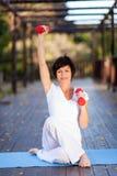 Средняя постаретая тренировка женщины стоковая фотография rf