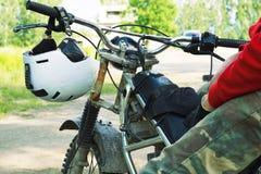 Средняя секция гонщика enduro сидя на его мотоцикле Стоковое Фото