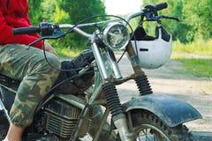 Средняя секция гонщика enduro сидя на его мотоцикле Стоковые Фотографии RF