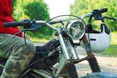Средняя секция гонщика enduro сидя на его мотоцикле Стоковые Фото