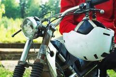 Средняя секция гонщика enduro сидя на его мотоцикле Стоковая Фотография