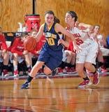 средняя школа девушок баскетбола Стоковые Изображения