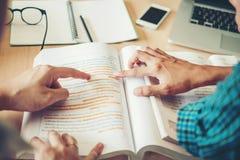 Средняя школа или студенты колледжа изучая и читая совместно внутри Стоковое Изображение RF