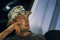 Средн-достигший возраста человек в шляпе ехать поезд вечером думая около стоковые изображения rf