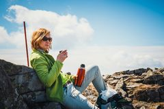 Средн-постаретая женщина имеет остатки с чашкой теплого кофе Стоковые Фото