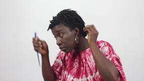 Средн-постаретая женщина раздела ее волосы акции видеоматериалы