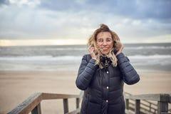Средн-постаретая женщина braving холодный зимний день стоковое фото