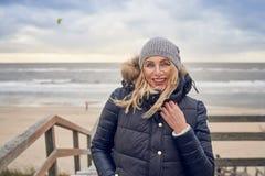 Средн-постаретая женщина braving холодный зимний день стоковые изображения