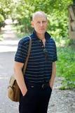 Средн-постаретый человек идет в парк лета стоковая фотография rf